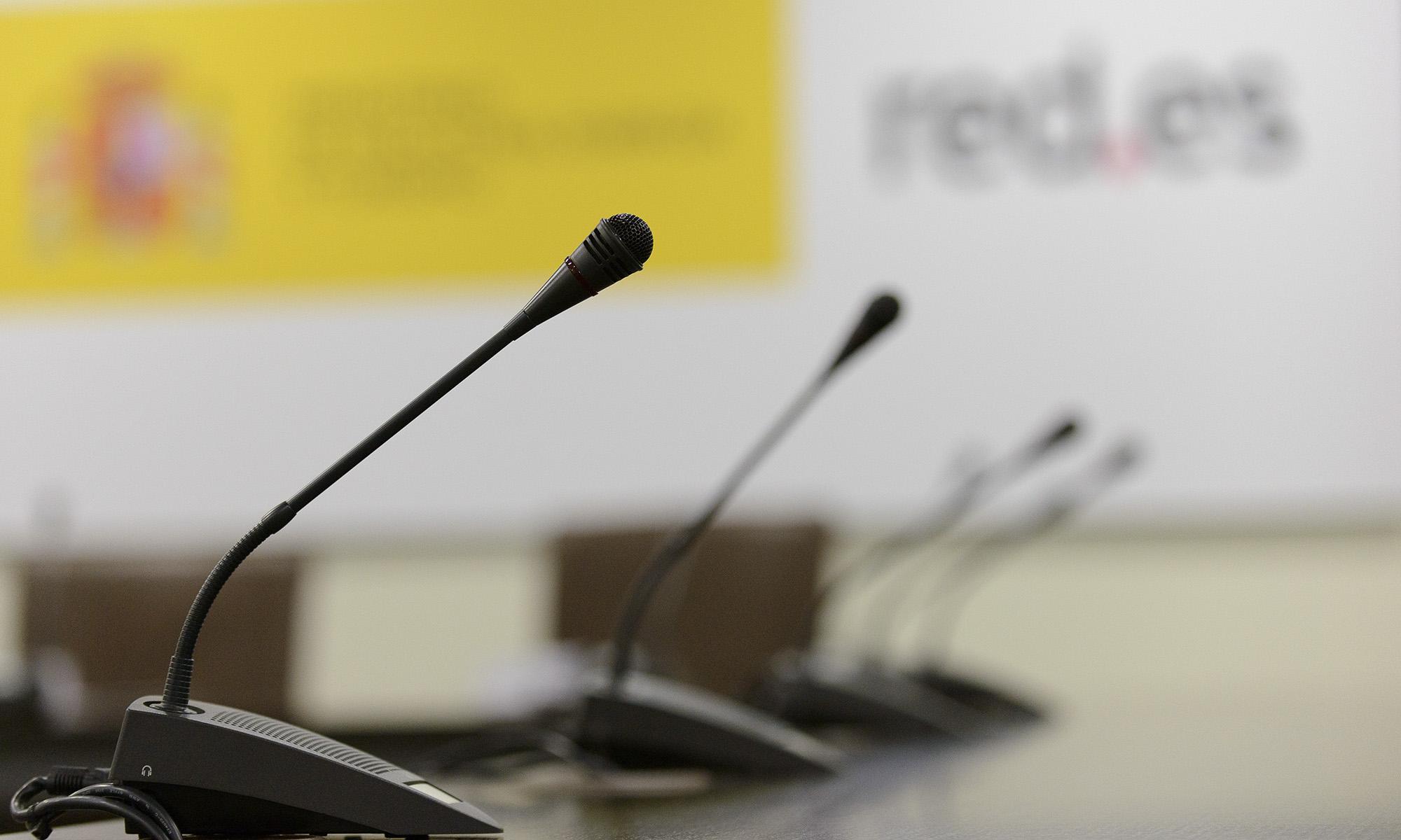 Conferencia red punto es sala de reuniones para ruedas de prensa fotografiada por Alfonso Esteban de STB Estudio